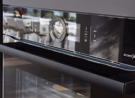 Detailansicht Ofen, accent line, schwarze Front, Hochglanz, Küche Paso, Hersteller Eggersmann